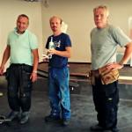 Paal og Ottar fra Os Bygg og Eigedom, samt Fredrik Seliussen, utviklingsdirektør deltar i dugnadsarbeidet